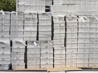 積み上げた紙箱