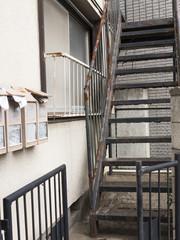 古いアパートの階段
