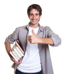 Mann mit schwarzen Haaren empfiehlt ein Buch