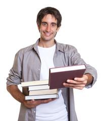 Mann mit schwarzen Haaren reicht ein Buch