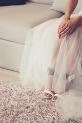 Bride seduta su in divano