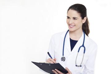 Doctora con estetoscopio y portapapeles