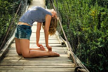 Спортивная девушка на мосту
