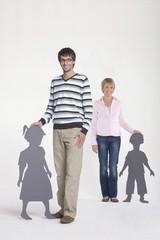 Mann und Frau mit Kinder Silhouetten