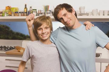 Vater und Sohn ( 13-14 ) lächelnd,Mann gestikuliert,Portrait