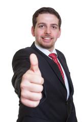 Geschäftsmann im schwarzen Anzug zeigt den Daumen