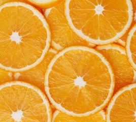 dünne Scheiben vieler frischer Orangen.