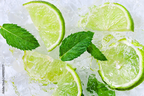 lime slices and peppermint - 69893377