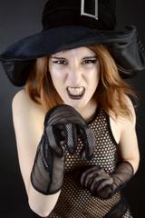 Hexe zu Halloween in Kostüm
