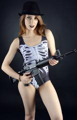 Twen in Halloween-Kostüm hält Gewehr
