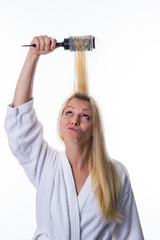 Blondine mit Haarbürste in der Hand