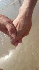 Senioren beim Händchenhalten