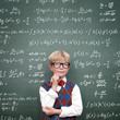 Schulkind vor der Tafel mit Formeln