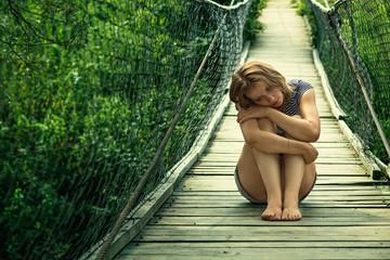 Одинокая девушка на мосту