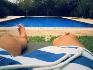 Tumbado en la piscina