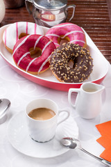 Prima colazione con donuts, brioches, latte e caffè