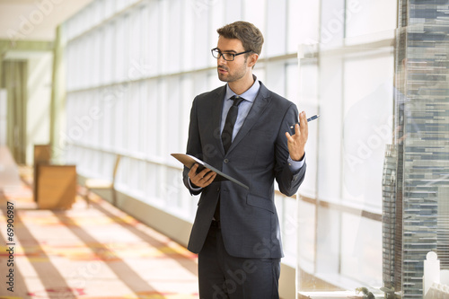 Professor giving a presentation in a conference/meeting room - 69906987