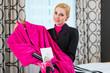 Hausdame kümmert sich VIP Set im Hotel Zimmer