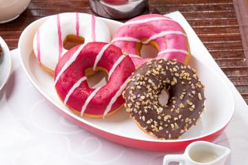 Prima colazione con donuts,
