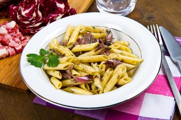 pasta con insalata trevigiana e pancetta affumicata