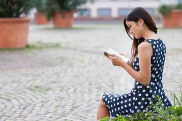 junge Studentin liest ein Buch