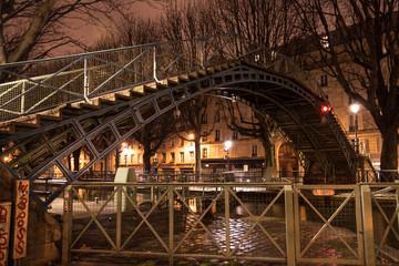 passerelle du canal saint martin la nuit