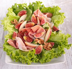 salad with prosciuttol and fig