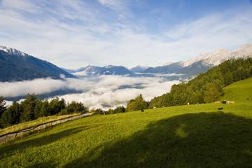 Tal mit Nebel und Bergen