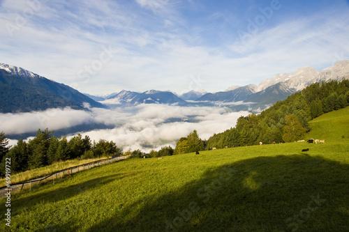 canvas print picture Tal mit Nebel und Bergen