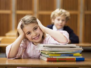 Mädchen sitzen in der Schule Schreibtisch
