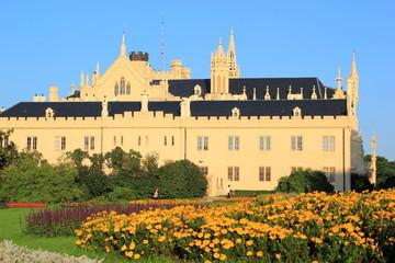 Schloss Lednice mit dem Schlossgarten in Tschechien