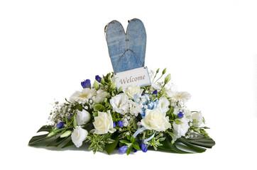 Mazzo di fiori con cartello di benvenuto