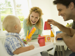 Junge Familie mit Baby ( 12-24 Monate)
