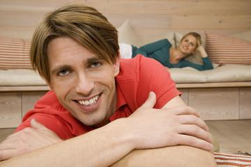 Junges Paar im Wohnzimmer,lächelnd,Porträt