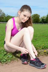 Teenager schnürt Laufschuhe zum Training