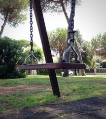 altelena vuota al parco giochi