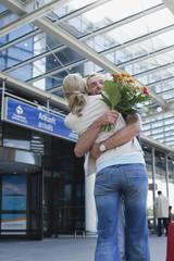 Leipzig -Halle,Flughafen,Paar umarmt
