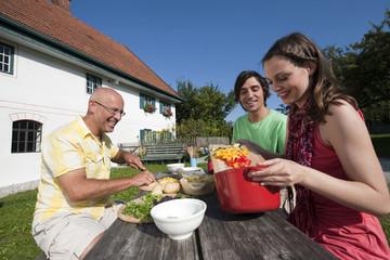 Deutschland,Bayern,Drei Personen im Garten