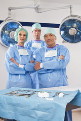 Chirurgen mit dem OP- Maske und Kappe