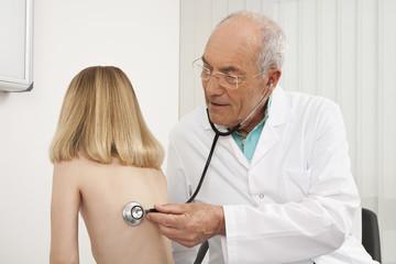 Arzt Anhörung Herzschlag der Mädchen