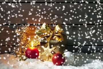 Goldenes Weinachtpäckchen auf Schneehaufen