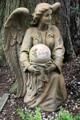 Skulptur eines Engels auf einem Grab