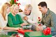 Eltern beschenken Großeltern zu Weihnachten