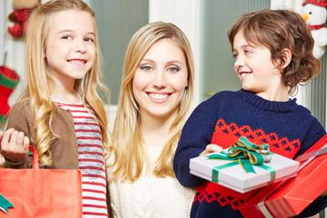 Mutter mit Sohn und Tochter zu Weihnachten