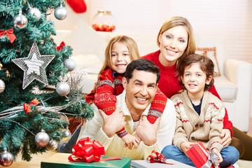 Portrait einer glücklichen Familie zu Weihnachten