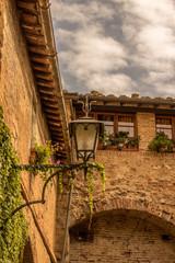 Laterne vor Italienischem Gebäude