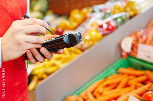 Hand hält mobiles Datenerfassungsgerät - 69948594