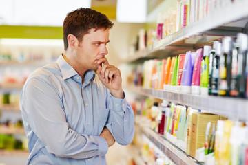 Mann im Supermarkt will bewusst einkaufen