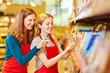 Leinwanddruck Bild - Frau macht Ausbildung zur Einzelhandelskauffrau