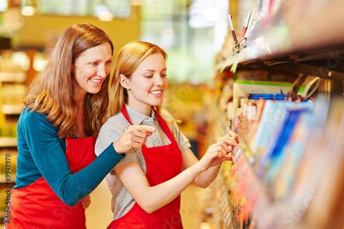 Leinwanddruck Bild Frau macht Ausbildung zur Einzelhandelskauffrau